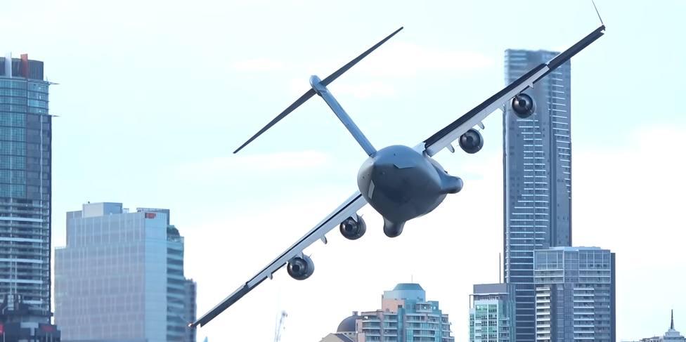 El impactante vuelo de un avión de carga entre rascacielos