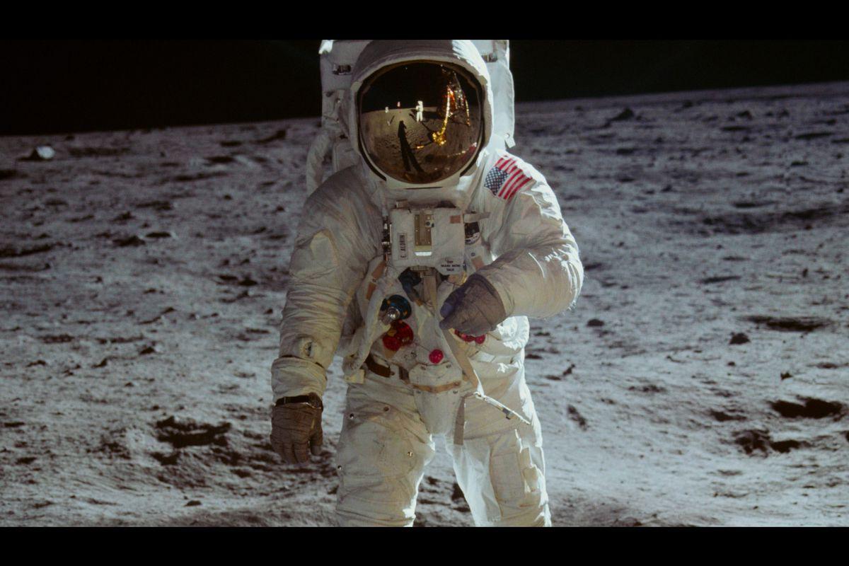 ¿Por qué no se ven las estrellas en las fotos de los astronautas?