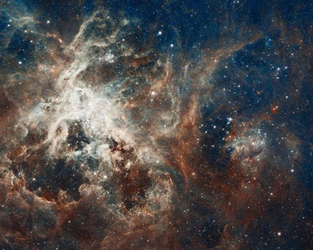 Vista panorámica por el Hubble de una turbulenta región productora de estrellas