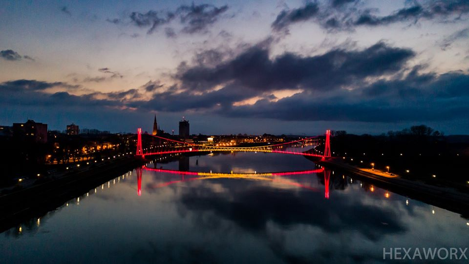 El puente de la ciudad croata de Osijek se ilumina con los colores de la bandera española