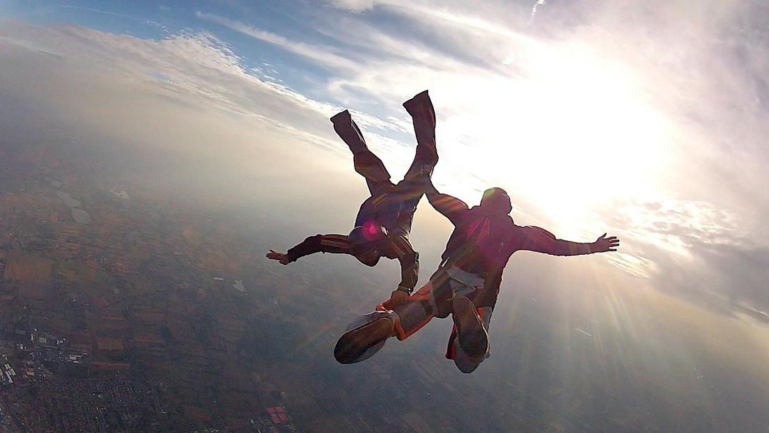 Paracaidista K.O en pleno salto rescatado por sus compañeros
