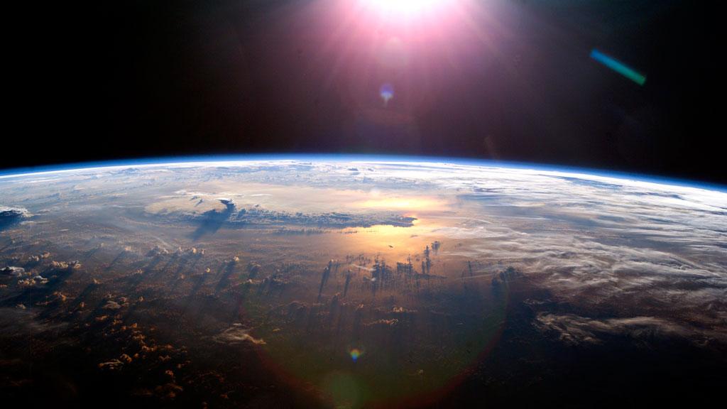 En este vídeo desde la EEI se ve un meteoroide entrando a la Tierra