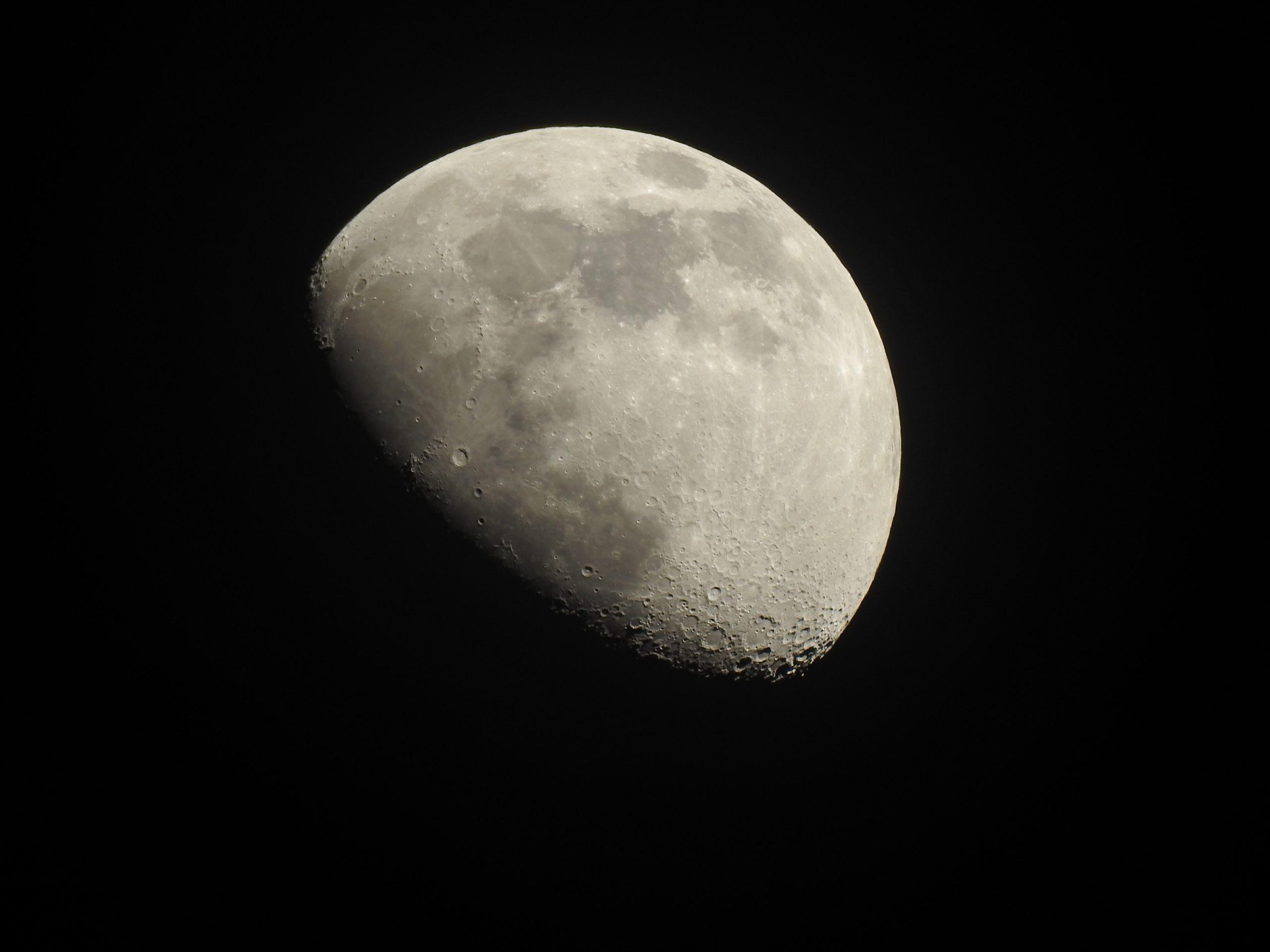 La Luna Hoy. Zoom sobre la Luna creciente y el planeta Venus