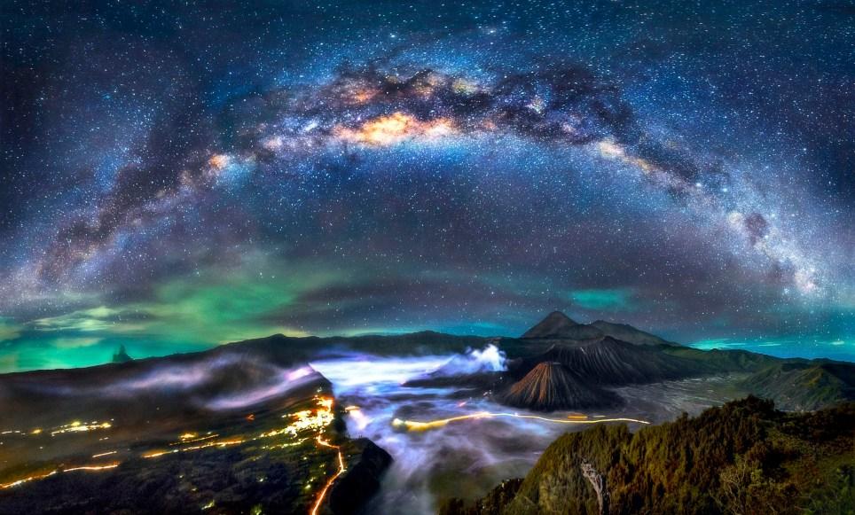 El fotógrafo que encuadra nuestra galaxia sobre los volcanes