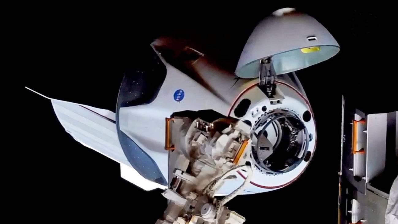 La nave Crew Dragon se acopla con éxito a la estación espacial internacional