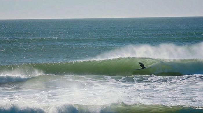 Descubre con estas imágenes aéreas cómo es surfear en el Pacífico a -15°C