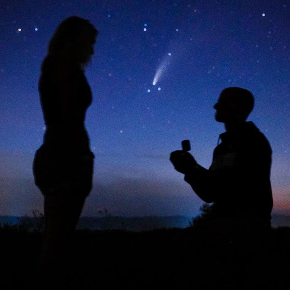 Le pide matrimonio a la luz del cometa Neowise