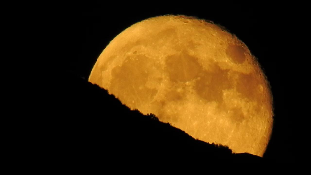 La magia de la Luna saliendo tras la montaña