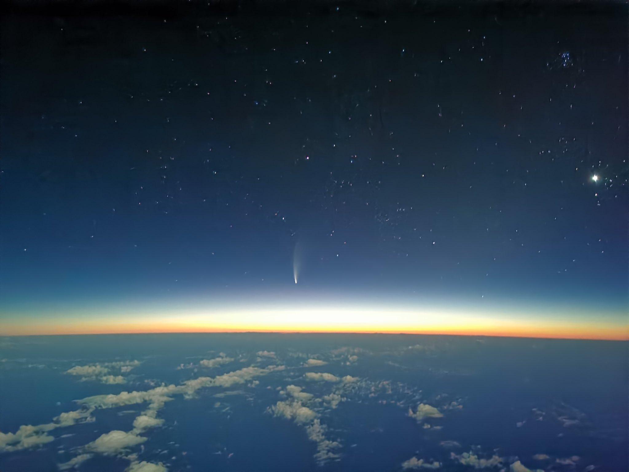 Así se ve el cometa Neowise desde la cabina de un Airbus en la «soledad» del Atlántico