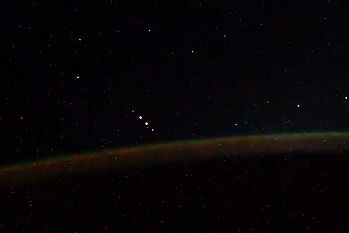 Cosmonauta en la ISS graba cinco luces en formación no identificadas