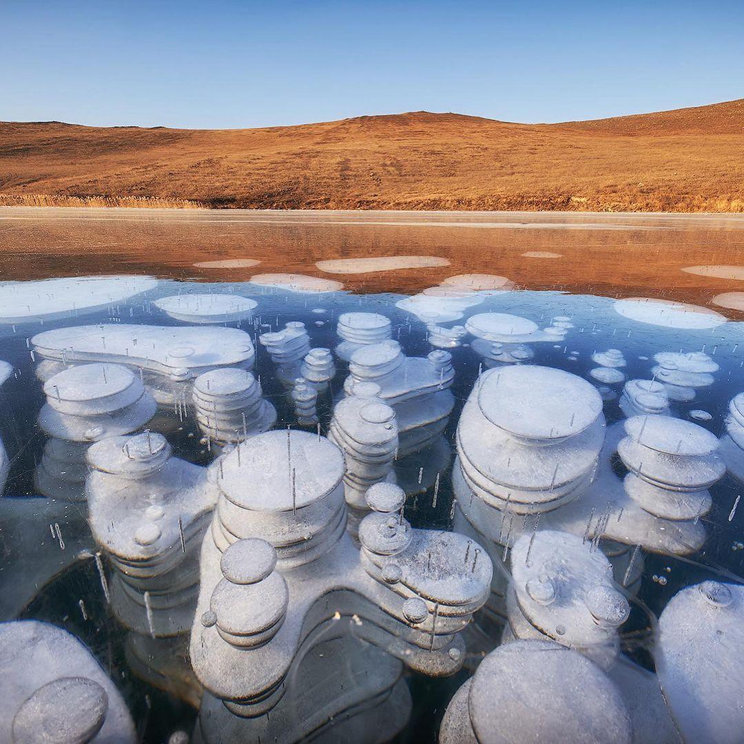 Burbujas de metano congeladas en el lago más profundo del mundo