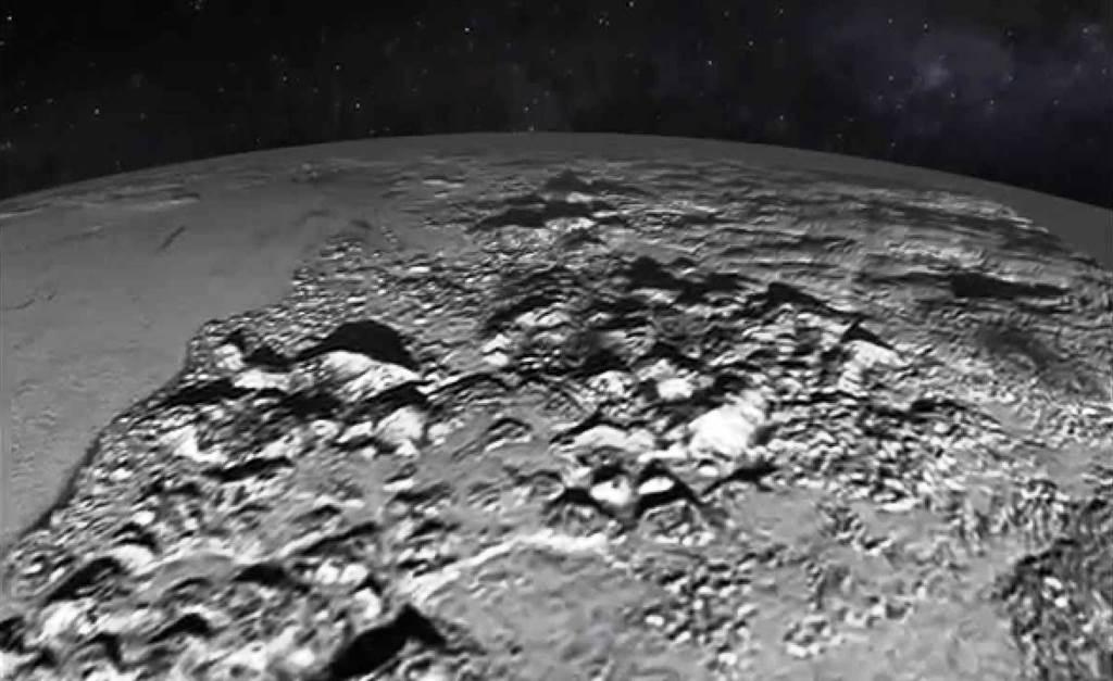 Impresionante vuelo rasante sobre los Montes Norway en Plutón