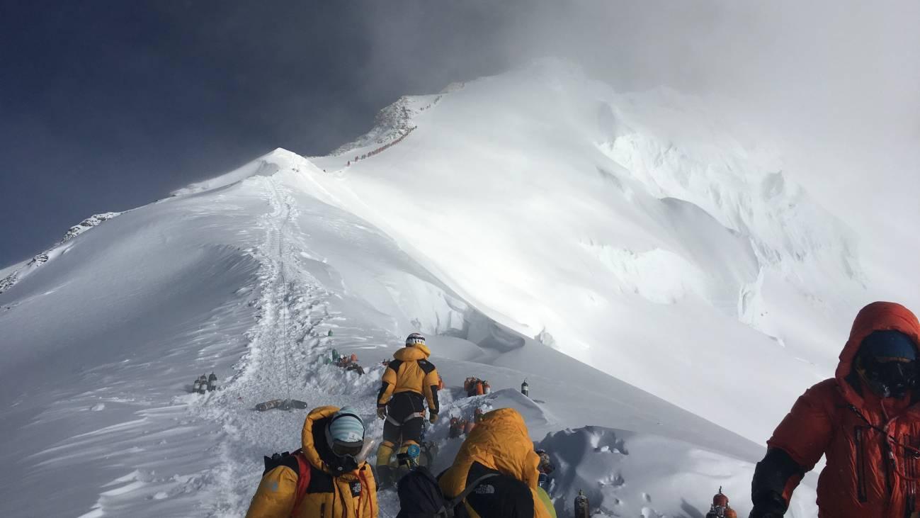 La mayor expedición de la historia del Everest descubre serios problemas en la montaña