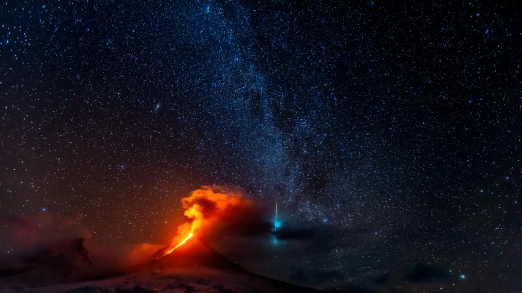 Consigue grabar un meteoro cayendo sobre un volcán en erupción