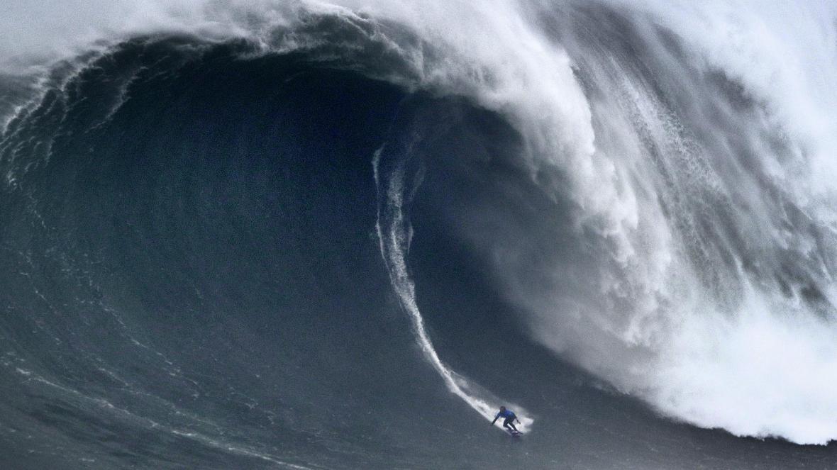Surfista graba el momento en que le engulle una ola gigante